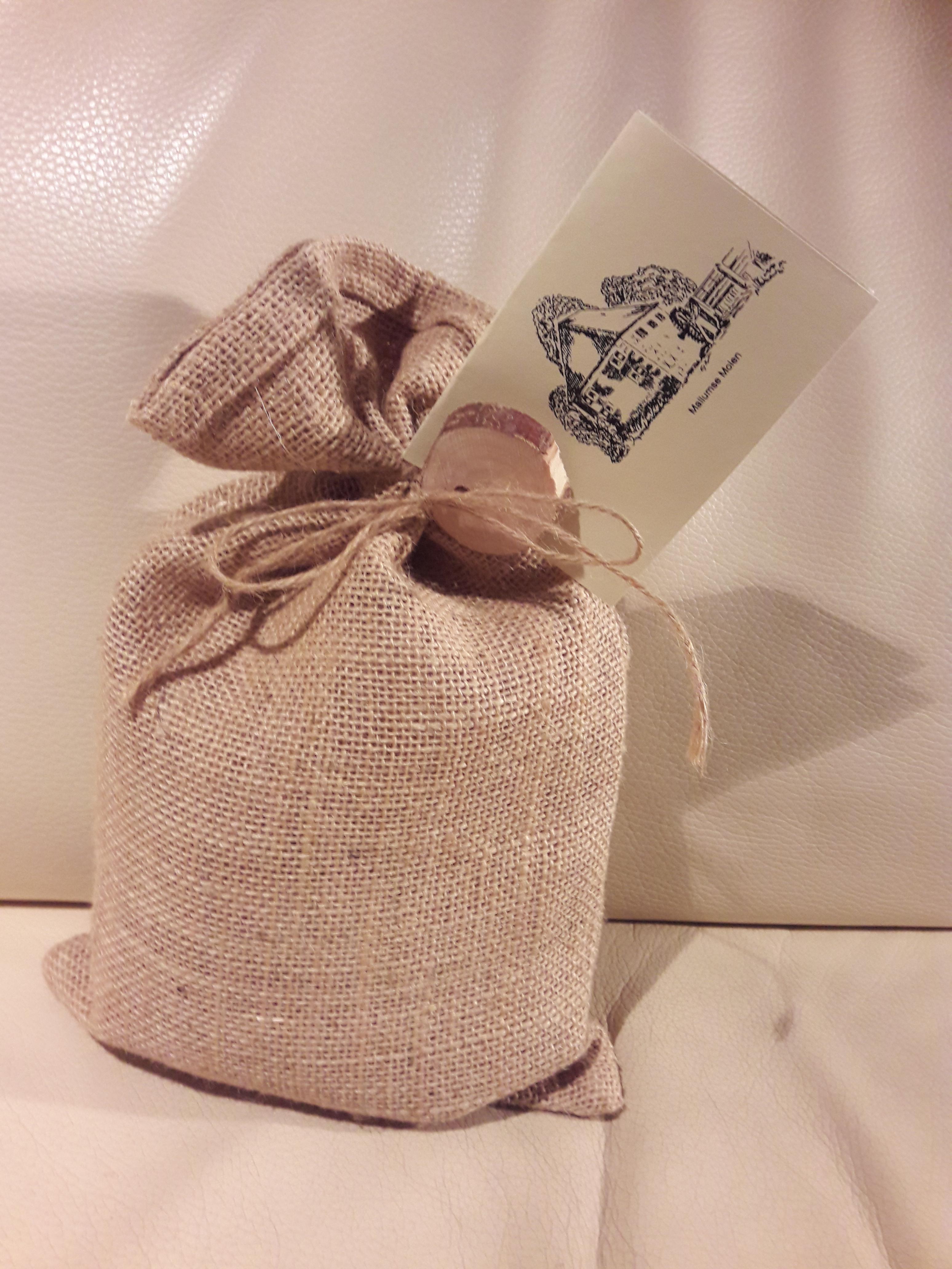 Jute zakken met sluitkoord 20 x 30 cm (per stuk) gebruik: Cadeauverpakking bij ons in de molen voor pannenkoekmeel.